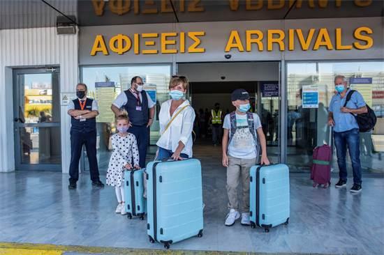 משפחה שנחתה לחופשה בקפריסין לאחר פתיחת הגבולות לתיירות / צילום: Harry Nakos , AP