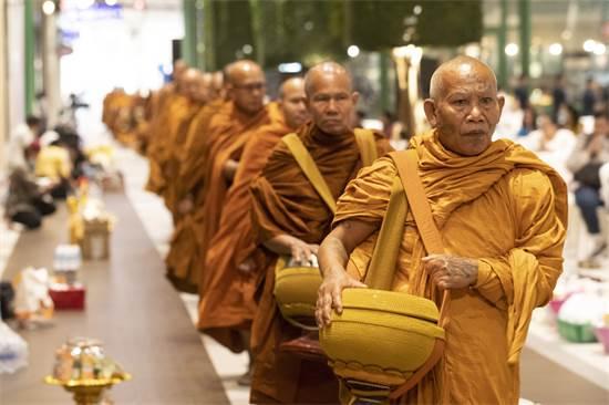 נזירים בודהיסטים משתתפים בטקס לפתיחה מחודשת של הקניון בתאילנד, שבו התרחש טבח המוני / צילום: Sakchai Lalit, AP