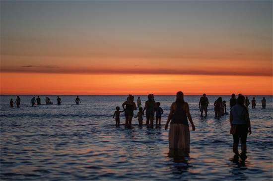 אנשים נכנסים לים כחלק מטקס לכבוד אלת הים האפריקאית  / צילום: Matilde Campodonico, AP