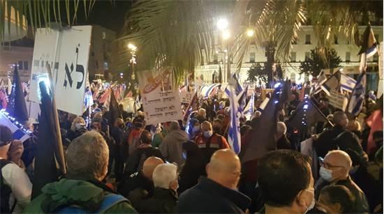 מפגינים בבלפור הערב / צילום: בתיה וינרב