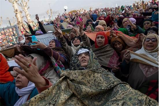 """נשים מוסלמיות בקשמיר מתפללות כאשר מוצג בפניהן שריד מ""""הזקן של הנביא מוחמד"""" / צילום: Dar Yasin, AP"""