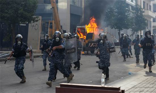 כוחות הביטחון של לבנון מסתערים לעבר המפגינים בביירות / צילום: Hassan Ammar, Associated Press