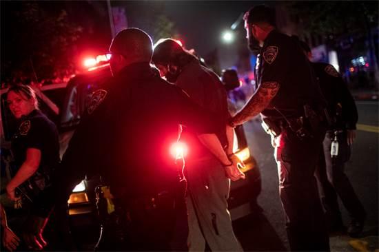 המשטרה עוצרת מפגין בניו יורק, ביום שבת / צילום: Wong Maye-E, AP