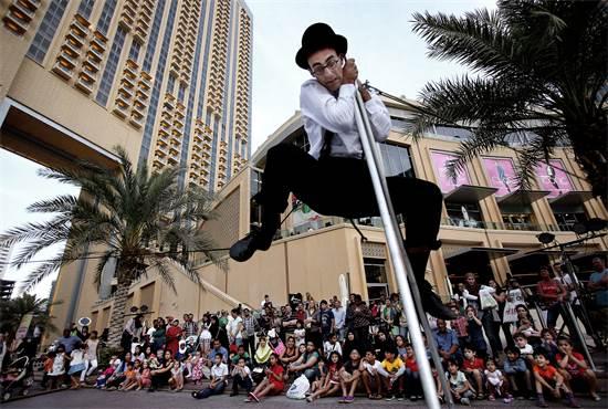 מופע לתיירים במרינה בדובאי / צילום: Kamran Jebreili, Associated Press