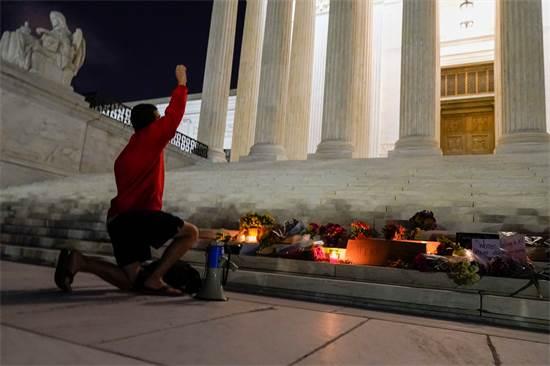"""אלפים מילאו את רחבת בית המשפט העליון בארה""""ב לאחר ההודעה על פטירת רות ביידר גינזבורג / צילום: Alex Brandon, Associated Press"""