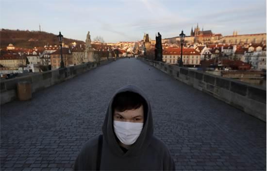 גשר קרל בפראג ריק כמעט לחלוטין מהולכי רגל / צילום: Petr David Josek, AP