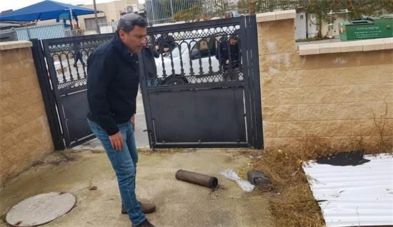 """ראש עיריית שדרות אלון דוידי בחצר שנפגעה מרקטה / צילום: עיריית שדרות, יח""""צ"""