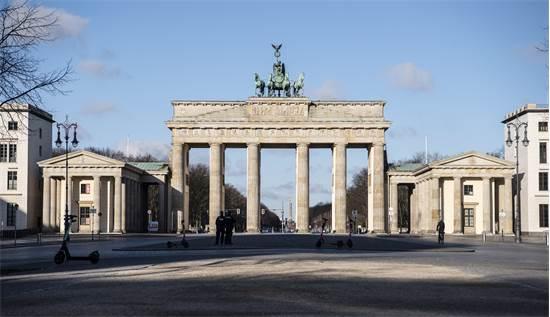 שער ברנדנבורג בברלין שומם בשבת בבוקר / צילום: Paul Zinken, AP