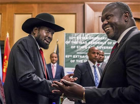 מימין: סגן הנשיא ריק מצ'אר ונשיא דרום סודאן סאלווה קיר בשיחות שלום ב-2018 / צילום: Mulugeta Ayene, AP