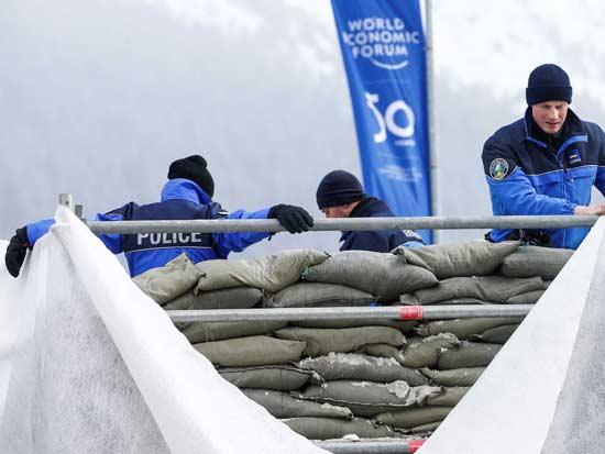 שוטרים מקימים עמדת אבטחה בדאבוס. / צילום: רויטרס Denis Balibouse
