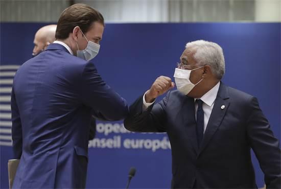 קנצלר אוסטריה סבסטיאן קורץ מברך לשלום את ראש ממשלת פורטוגל אנטוניו קושטה  / צילום: Stephanie Lecocq, AP