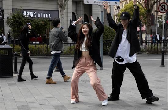 נערים סיניים רוקדים ברחובות ווהאן ביום הראשון לשחרור לאחר הסגר / צילום: AP Photo, AP