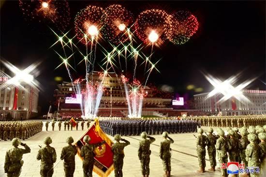 זיקוקי די-נור ומצעד צבאי בצפון קוריאה לכבוד 75 שנות קומוניזם / צילום: KCNA, רויטרס