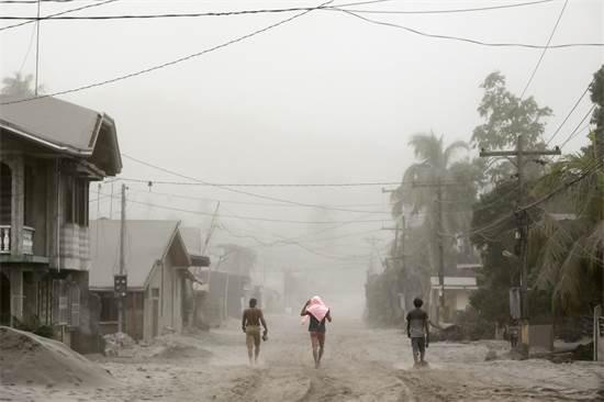 תושבים, שחיים בקרבת הר הגעש שהתפרץ, מתפנים מהאזור / צילום: Eloisa Lopez, רויטרס
