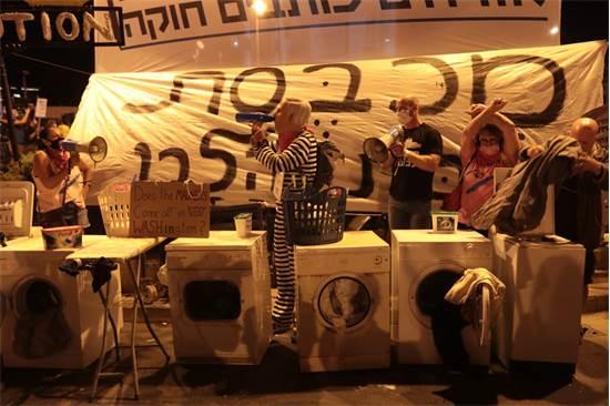 מיצג מחאה נגד נתניהו בבלפור / צילום: יוסי זמיר, גלובס