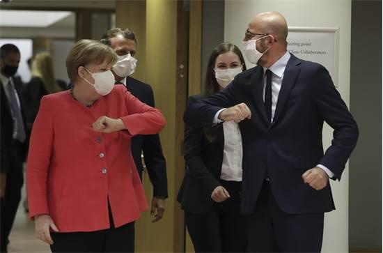 קאנצלרית גרמניה אנגלה מרקל מברכת לשלום את נשיא המועצה האירופית שארל מישל / צילום: Stephanie Lecocq, AP