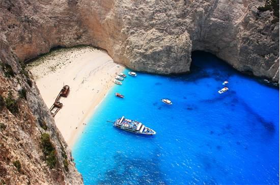 חוף נבגיו באי היווני זקינטוס. בחוף ישנה ספינה טרופה / צילום: שאטרסטוק