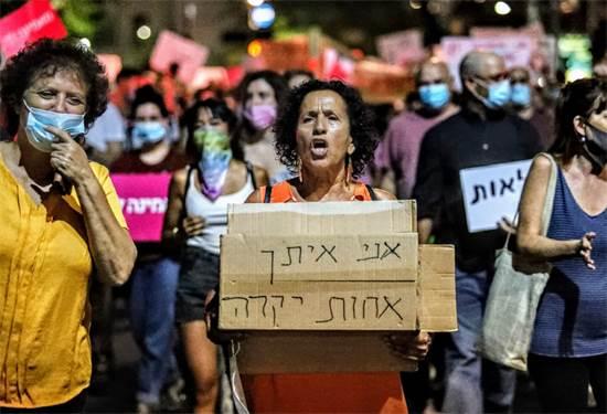 """""""אני איתך אחות יקרה"""". מפגינות בכיכר הבימה. הערב / צילום: שלומי יוסף, גלובס"""