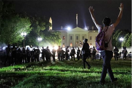 מפגינים בגן לפייט הסמוך לבית הלבן בוושינגטון ביום שבת / צילום: Tom Brenner, רויטרס