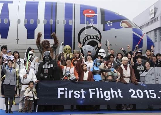 מעריצים מחופשים לדמויות במלחמת הכוכבים מצטלמים עם מטוס R2-D2 ביפן / צילום: Koji Sasahara, Associated Press