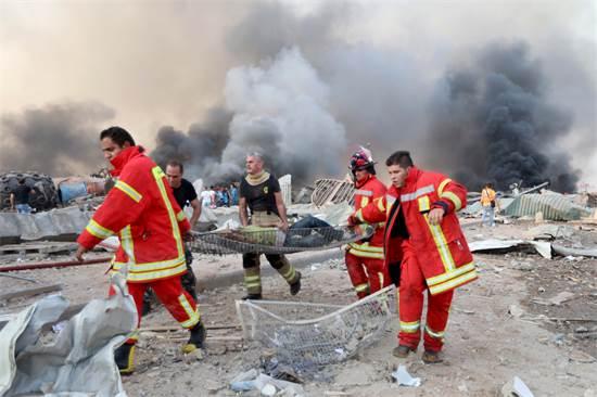 פינוי פצועים מאזור הפיצוץ בנמל ביירות / צילום: MOHAMED AZAKIR, רויטרס