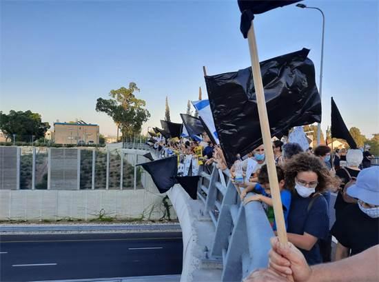 """מחאת הגשרים בגשר באזור שדה יעקב / צילום: מחאת הגשרים השחורים, יח""""צ"""