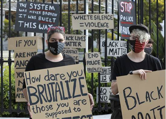 הפגנה לזכרו של ג'ורג' פלויד מחוץ לפרלמנט בקייפטאון, דרום אפריקה / צילום: Nardus Engelbrecht, AP