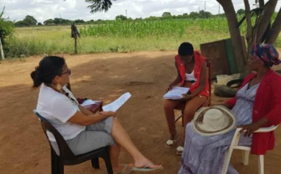 יעל עם הנערה נליסיוו ואמה, בביקור בית שמטרתו להסביר על תוכנית הלימודים / צילום: תמונה פרטית