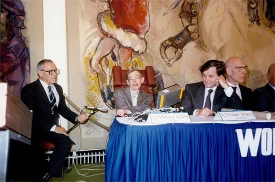 """פרופ' רוג'ר פנרוז וסטיבן הוקינג מקבלים את פרס וולף כבר ב-1988 / צילום: קרן וולף, יח""""צ"""