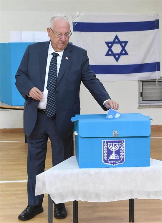 """הנשיא ריבלין מצביע לכנסת ה-23 / צילום: מארק ניימן, לע""""מ"""