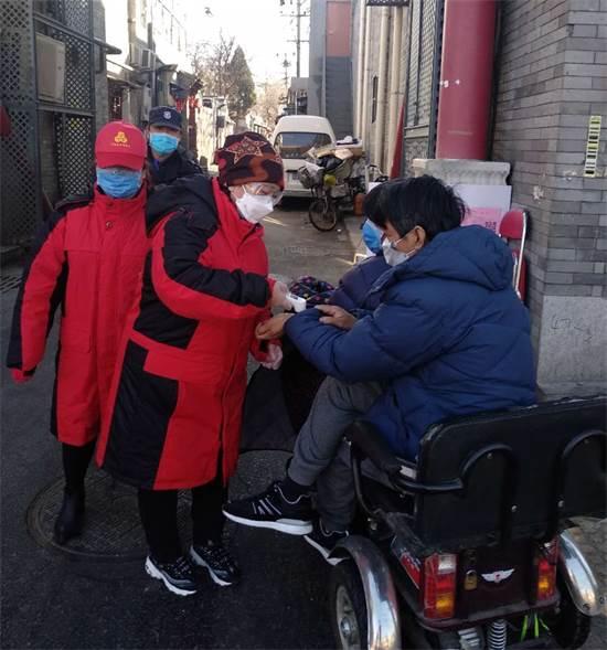 מפקחי בידוד (באדום) בודקים אישורי כניסה לשכונה, בייג'ינג / צילום: איליה צ'רמניך