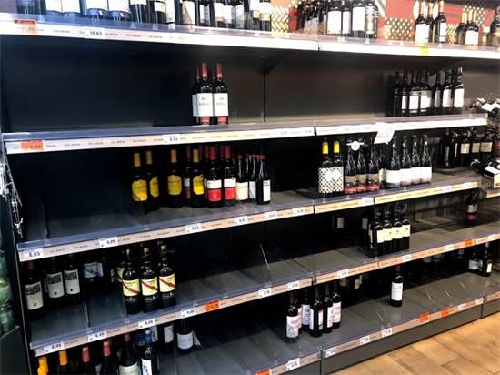 וגם מדפי היין, בעיקר הזול / צילום: אמיר טייג