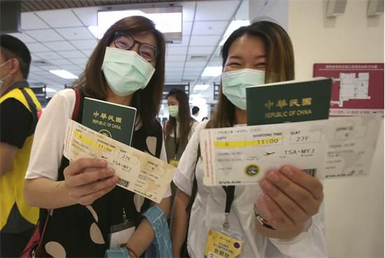 """משתתפות בטיסה """"בכאילו"""" בטייוואן / צילום: Chiang Ying-ying, AP"""