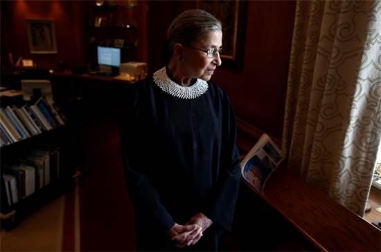 """רות ביידר גינזבורג ז""""ל משקיפה מחלון בית המשפט העליון / צילום: Charles Dharapak, Associated Press"""