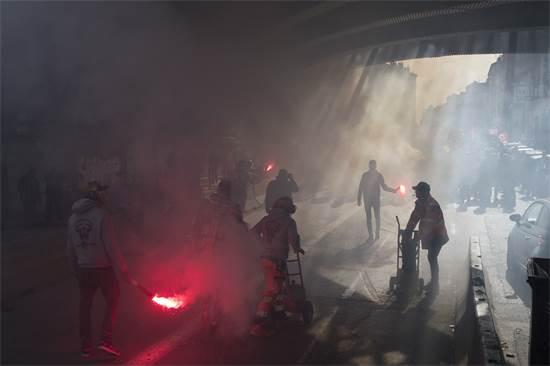 מפגינים במרסיי בדרום צרפת נגד התוכנית של נשיא צרפת עמנואל מקרון לשפץ את מערכת הפנסיה / צילום: Daniel Cole, AP