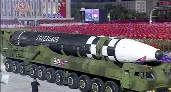 הטיל בין-יבשתי חדש של צפון קוריאה שנחשף במצעד לכבוד 75 שנות קומוניזם / צילום: KRT , AP