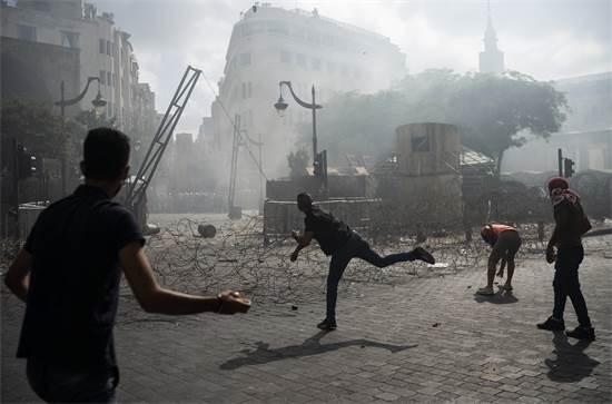 מפגינים מתעמתים עם שוטרים בהפגנה בביירות, לבנון  / צילום: Felipe Dana, AP