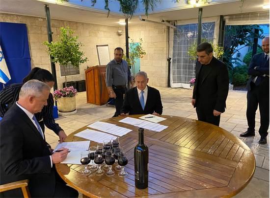 """נתניהו וגנץ חותמים על הסכם לממשלת אחדות / צילום: אאורה, יח""""צ"""