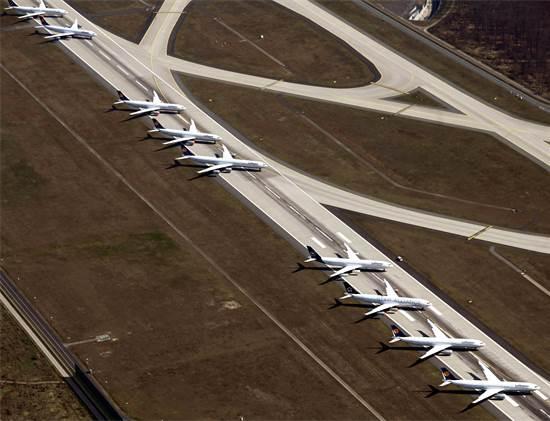 מטוס לופטהנזה חונים בשדה התעופה בפרנקפורט, גרמניה / צילום: Uli Deck/dpa, AP