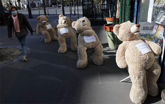 דובי צעצוע מדגימים איך לשמור על מרחק חברתי נכון / צילום: Francois Mori, AP
