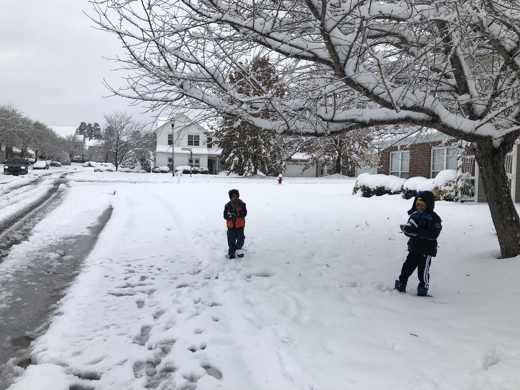 חצר הבית בחורף - משחקים בשלג / צילום: אלבום פרטי