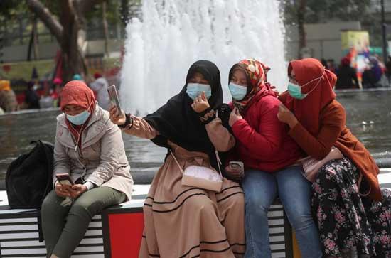 צעירות עם מסכות בהונג קונג /  צילום: AP  Achmad-Ibrahim