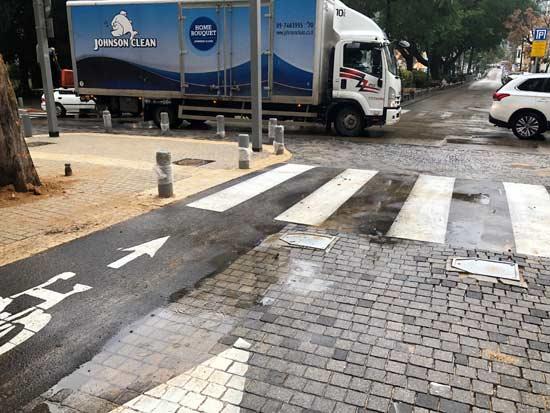 שביל האופניים מסתיים בכביש/ צילום: שני אשכנזי