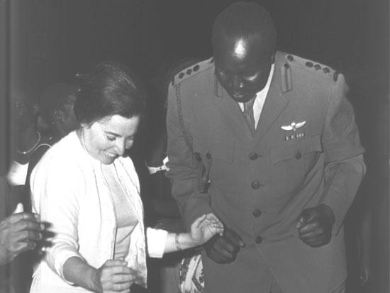 """רעיית ראש הממשלה מרים אשכול רוקדת עם אידי אמין/ צילום: משה פרידן לע""""מ"""