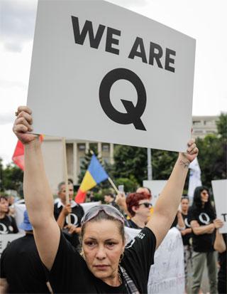 תומכי QAnon בעצרת פוליטית בבוקרשט, רומניה / צילום: Shutterstock | א.ס.א.פ קריאייטיב