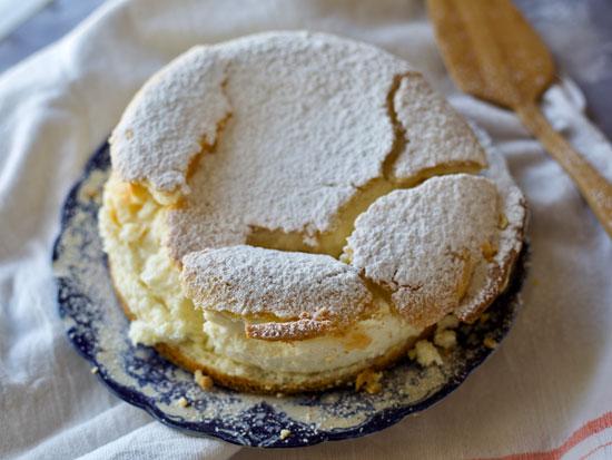 עוגת ריקוטה בין עלי בצק פריך / צילום: קרן אגם