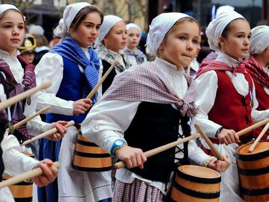 תהלוכת מתופפות מסורתית ביום סן סבסטיאן, החל ב־20 בינואר / צילום: Shutterstock | א.ס.א.פ קריאייטיב