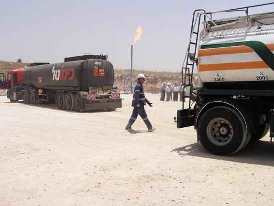 מיכלית נפט ראשונה מגד גבעות / צלם: אבינעם הדס
