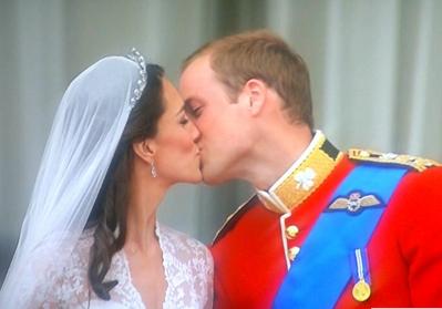 נשיקה הנסיך וויליאם קייט מידלטון אנגליה בריטניה מלכותי מלכותית