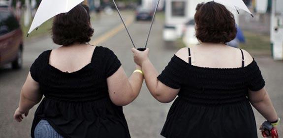 שמנים, שמנות, תאומים, מטריה, שומן, דיאטה / צלם רויטרס